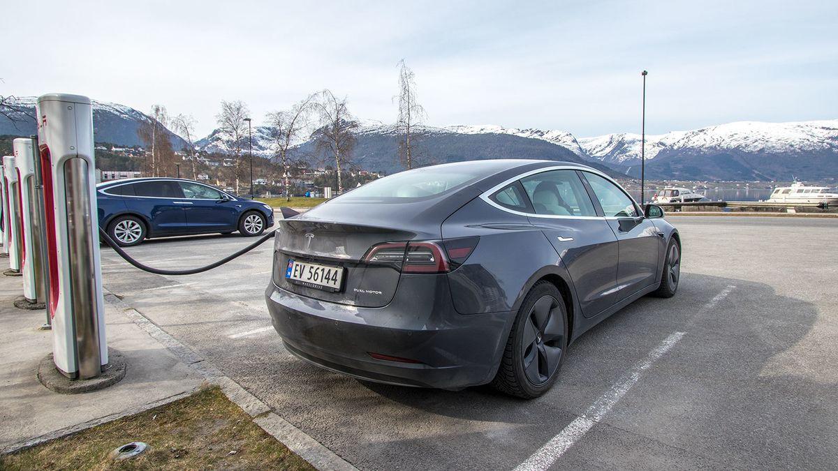 Slik lader du Tesla Model 3 riktig | NAF
