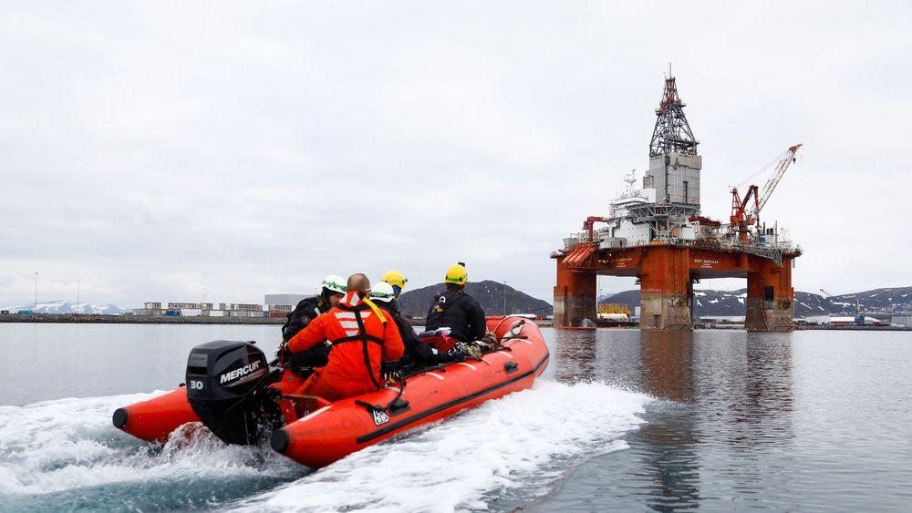 Miljøorganisasjonen Greenpeace gikk tidligere i uken til aksjon mot oljeriggen West Hercules som skal bore for Equinor i Barentshavet. Jonne Sippola / Greenpeace / NTB scanpix