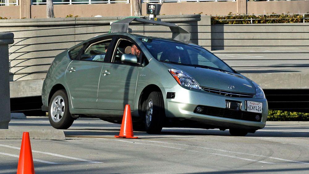 De fleste selvkjørende kjøretøy har ikke utelukkende informasjon fra GPS. GPS utgjør likevel grunnpilaren i mange systemer. Bildet viser en testbil fra Google, tatt i en annen anledning.