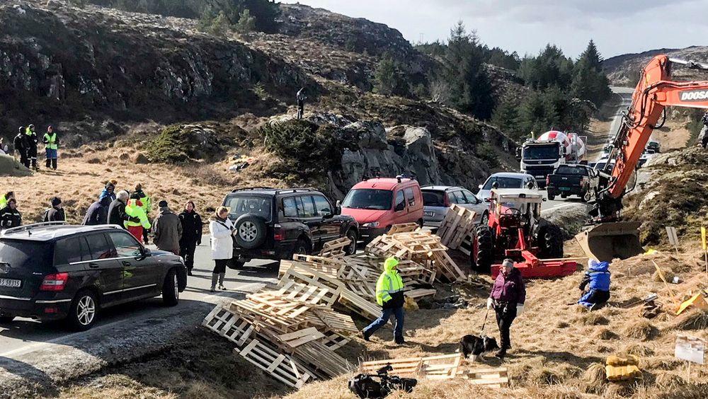 På Frøya hindrer demonstrasjoner og et nytt kommunestyrevedtak at byggingen av vindmølleparken får gå som planlagt. Frp foreslår kommunal vetorett mot slike anlegg.
