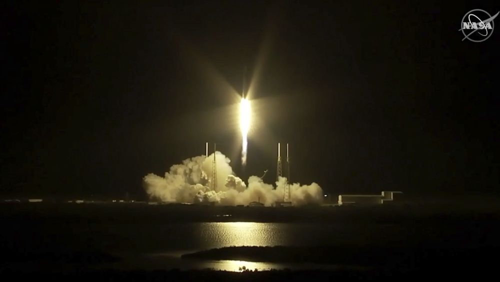 SpaceX Falcon-raketten skytes opp fra Cape Canaveral i Florida, lørdag. Den har retning mot Den internasjonale romstasjonen.