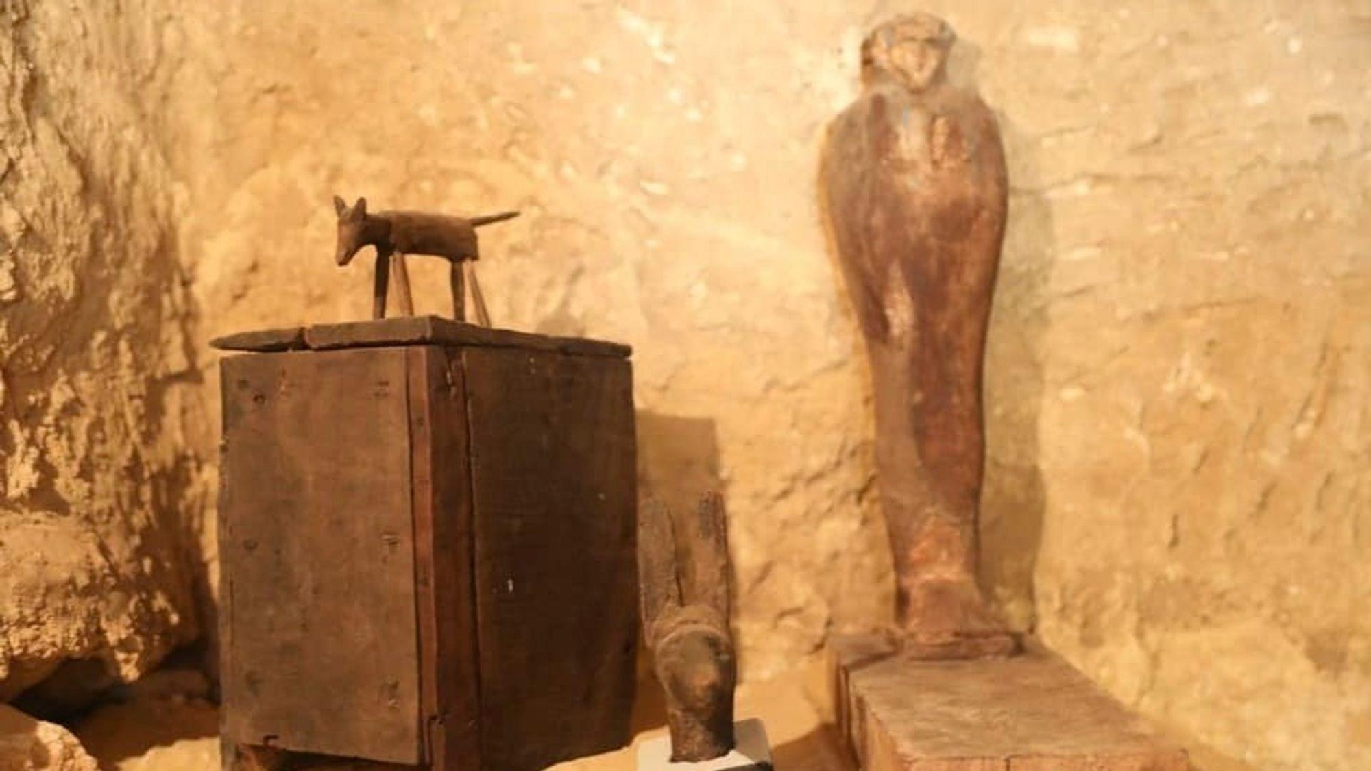 I gravkammeret fant arkeologene blant annet statuer av tre.