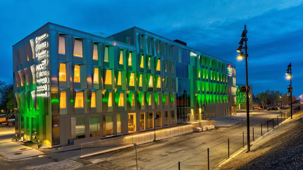 Fasaden på Lyngråden fungerer som solavskjerming samtidig som lys slippes inn. Veggen belyses også i ulike farger styrt av utetemperatur.