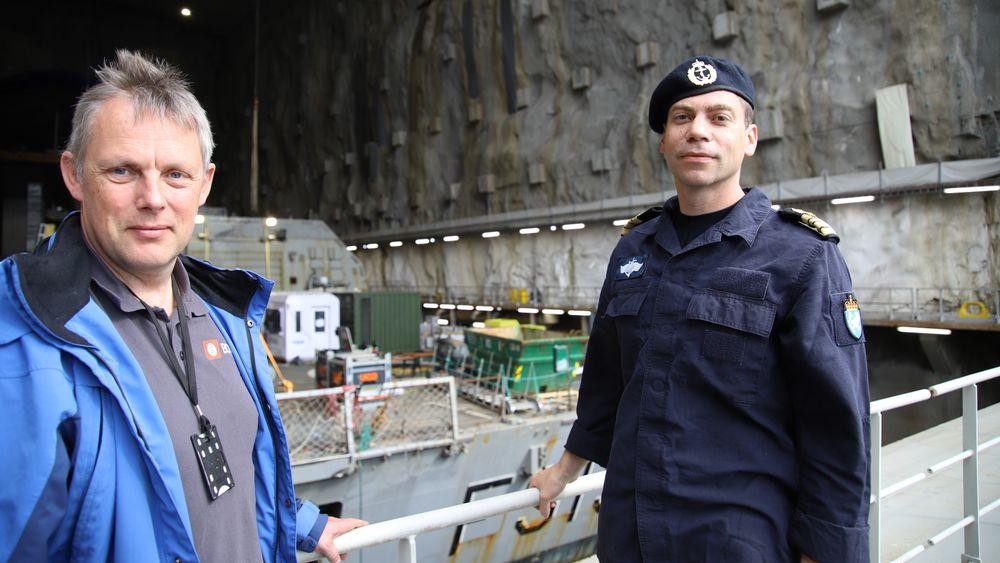 Anders Penna og Arild Øydegard foran tørrdokka med KNM Helge Ingstad på Haakonsvern.