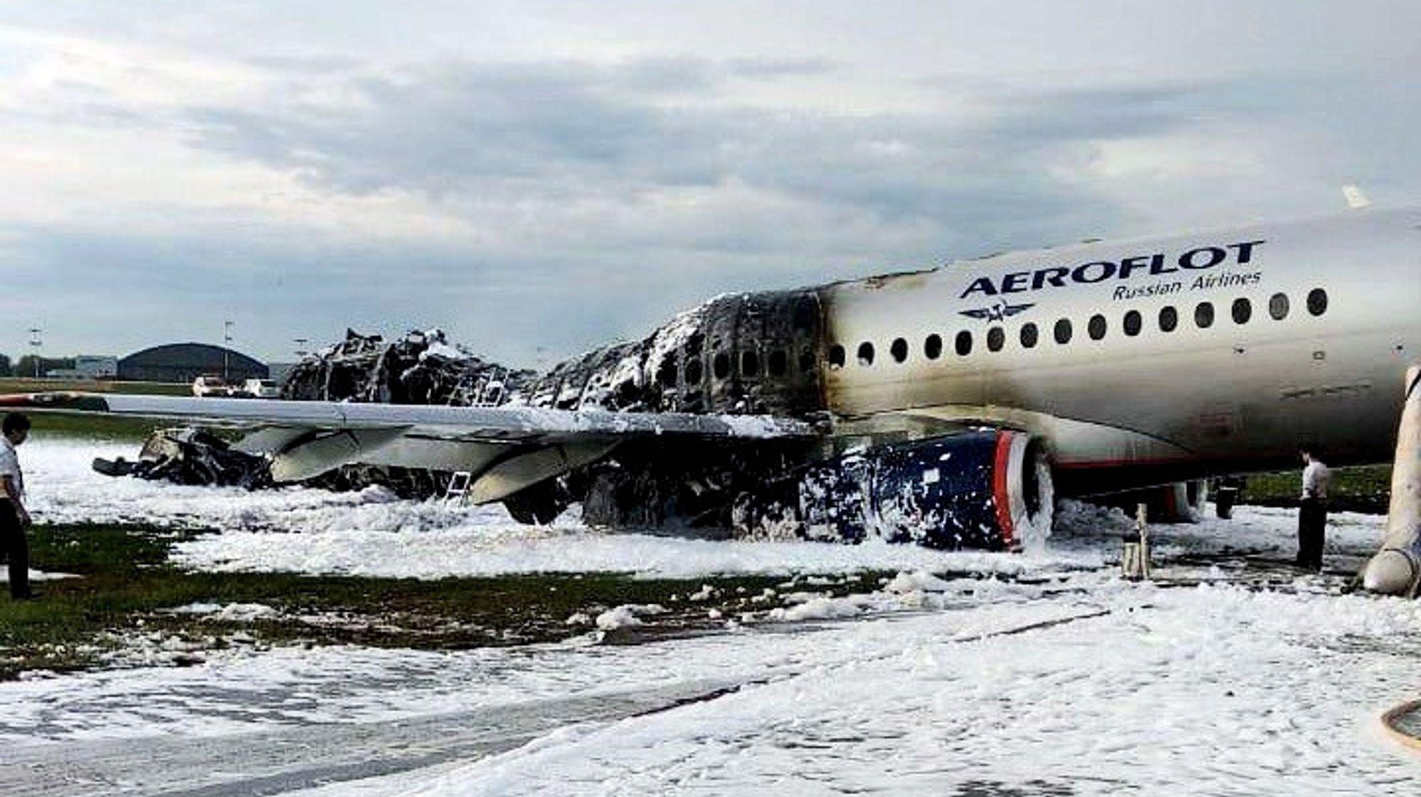 Aeroflots Sukhoi Superjet 100 som kræsjet etter nødlanding på Moskvas Sheremetyevo flyplass.