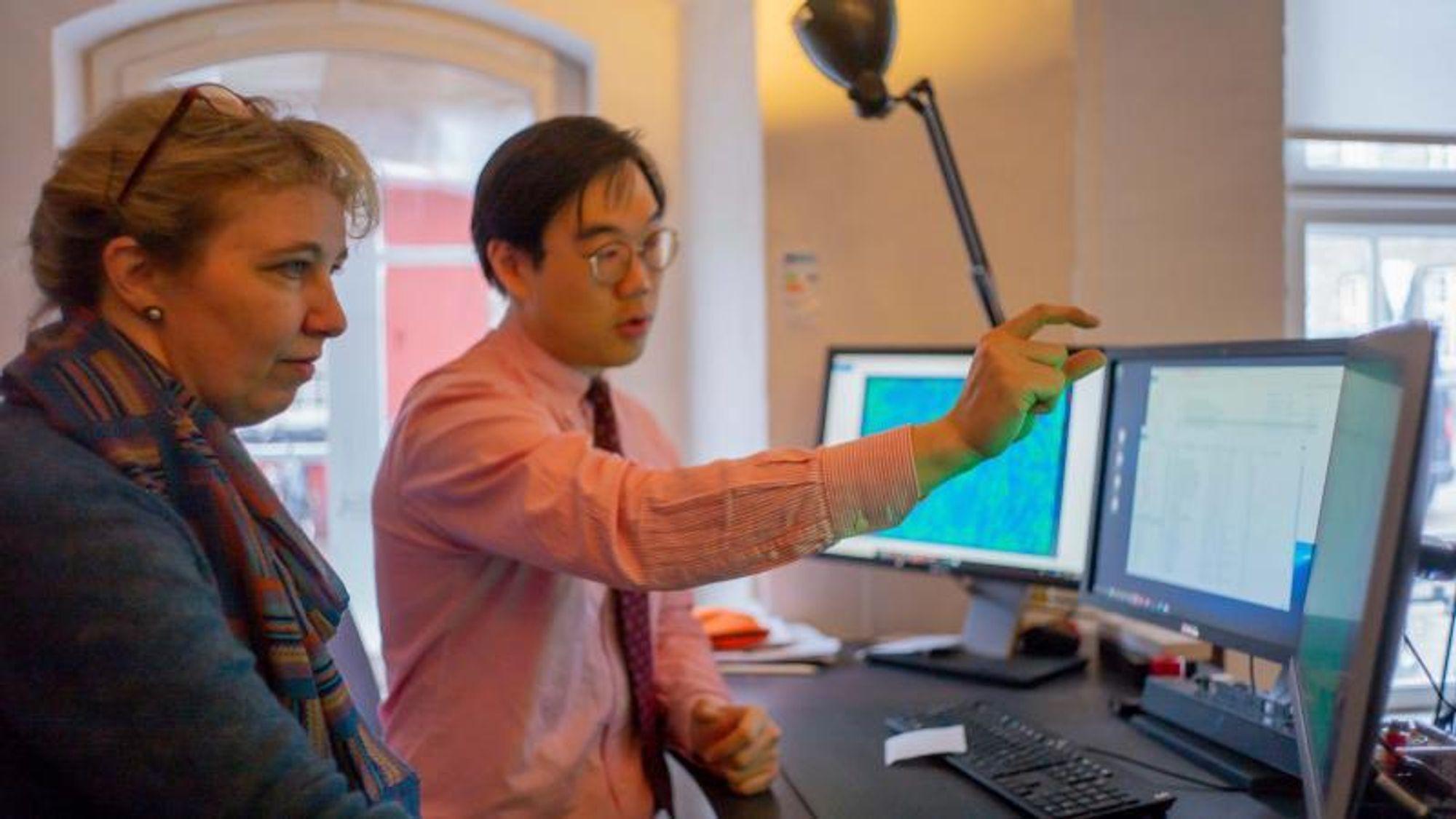 Konservator Cecil Krarup Andersen og ingeniør Daniel Sang-Hoon Lee fra KADK diskuterer resultatene fra de sensorene med dataene som skal inngå i utviklingen av en datamodell over kunstverkenes forfall.