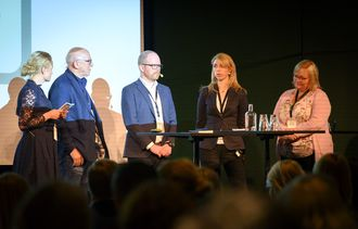 Møteleder Elin Stueland, Sven Egil Omdal (NP), Gard Steiro (VG), Alexandra Beverfjord (Dagbladet) og Marit Ulriksen (Rana Blad).