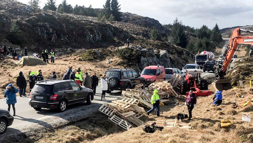 Demonstranter har tidligere brukt paller for å hindre anleggstrafikk å kjøre forbi. Nå har ti demonstranter møtt opp igjen for å forsøke å stanse vindkraftutbyggingen på Frøya.