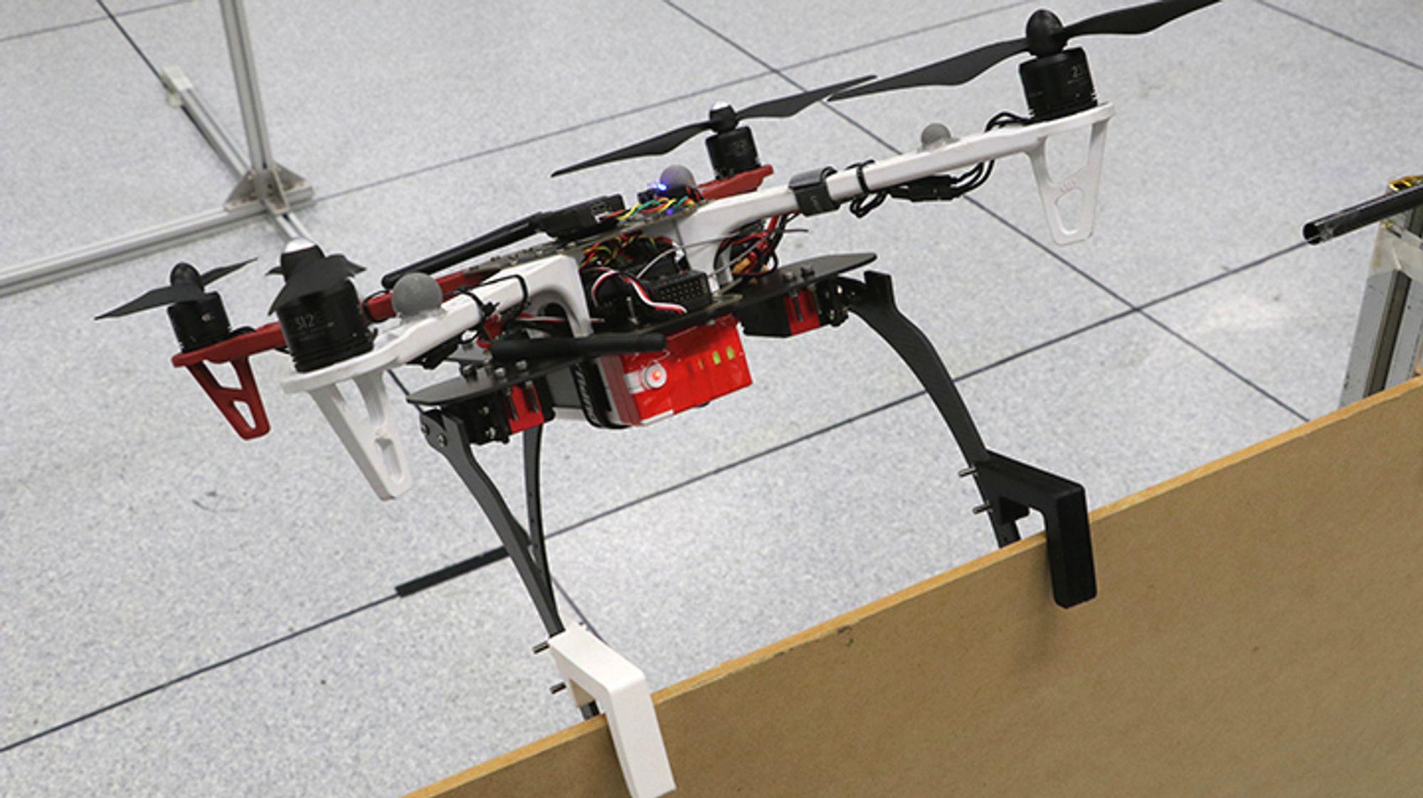 Drone med gripeklør med 3D-utskrevne kontaktmoduler.