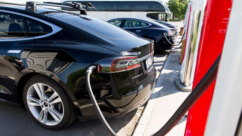 I en rapport utarbeidet av tolv forskere anbefales Norge å redusere subsidiene på elbiler og øke avgiftene på bensin- og dieselbiler.