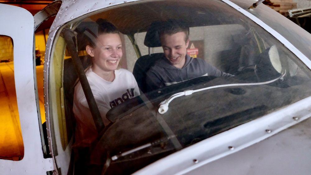 Camilla Hugøy og Victor Urnes i flysimulatoren som er bygd i et gammelt flyskrog etter en to-motors Piper Aztec 23.