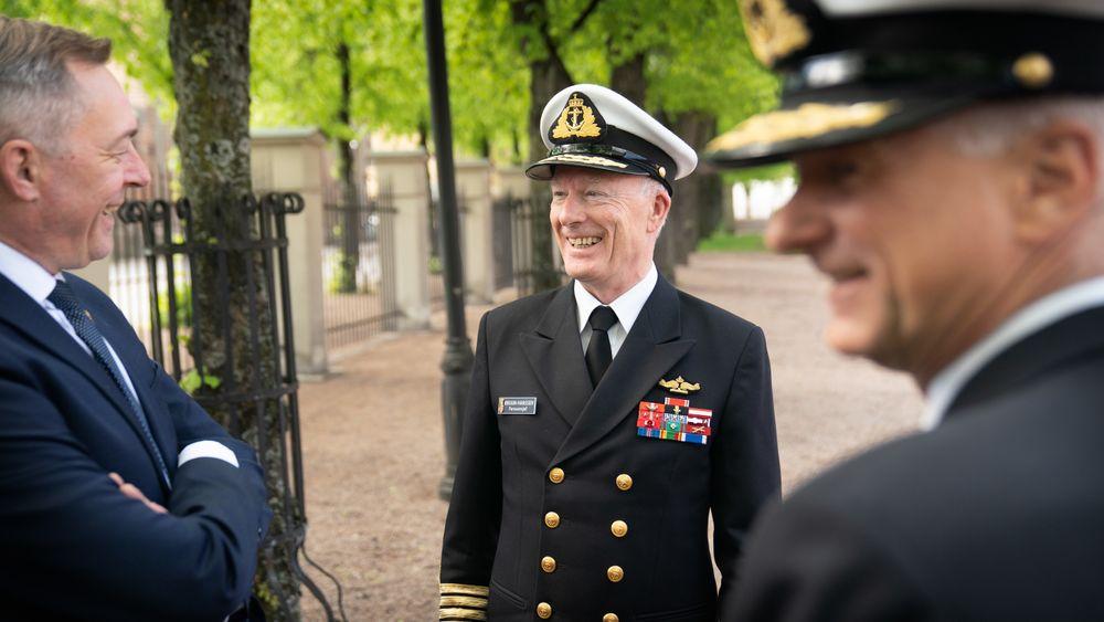 Forsvarsminister Frank Bakke-Jensen (f.v.) og forsvarssjef Haakon Bruun-Hanssen diskuterer tilstandsrapporten for KNM Helge Ingstad onsdag 15. mai. I forgrunnen er Thomas Wedervang, sjef for maritime kapasiteter i Forsvarsmateriell.