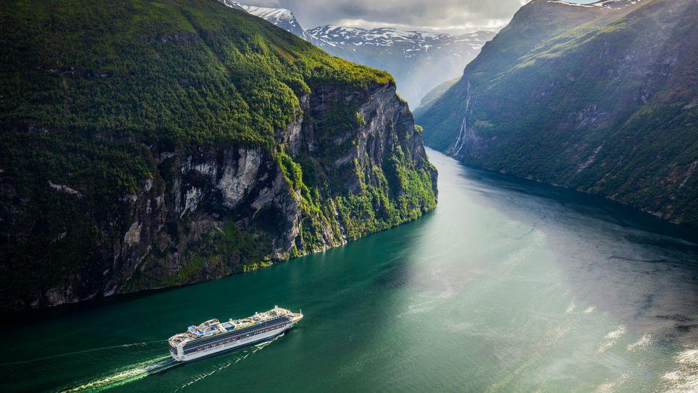 Fra 1. mars ble det innført nye miljøkrav for utslipp til luft og sjø i blant annet Geirangerfjorden. Bildet viser cruiseskipet Sapphire Princess på besøk i fjorden i juni i fjor.