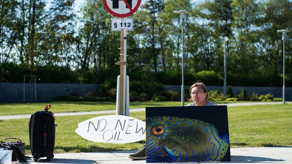 Kjersti Aspheim fra Greenpeace utenfor generalforsamlingen til Equinor, i protest mot Equinors oljeplaner i Australbukta.