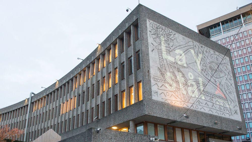 Rivingen av Y-blokka er omstridt, blant annet på grunn av kunstverket laget av Carl Nesjar og Pablo Picasso.