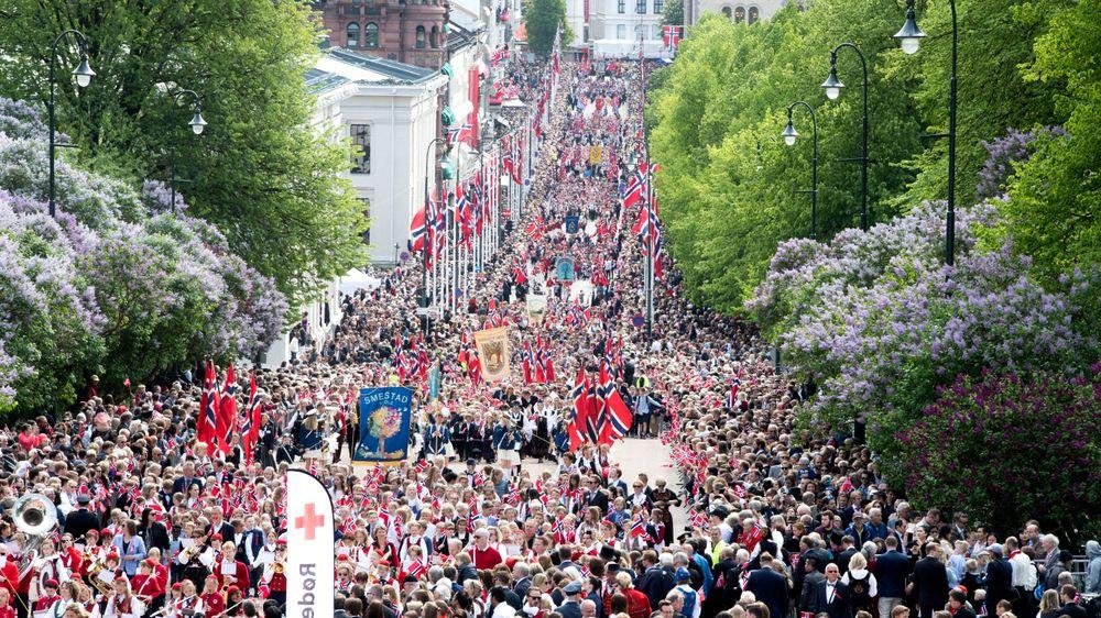 Barnetoget går oppover Karl Johans gate i Oslo sentrum 17. mai. Det er ingen som har søkt om å få bruke droner i Oslo sentrum på årets nasjonaldag, ifølge Luftfartstilsynet.