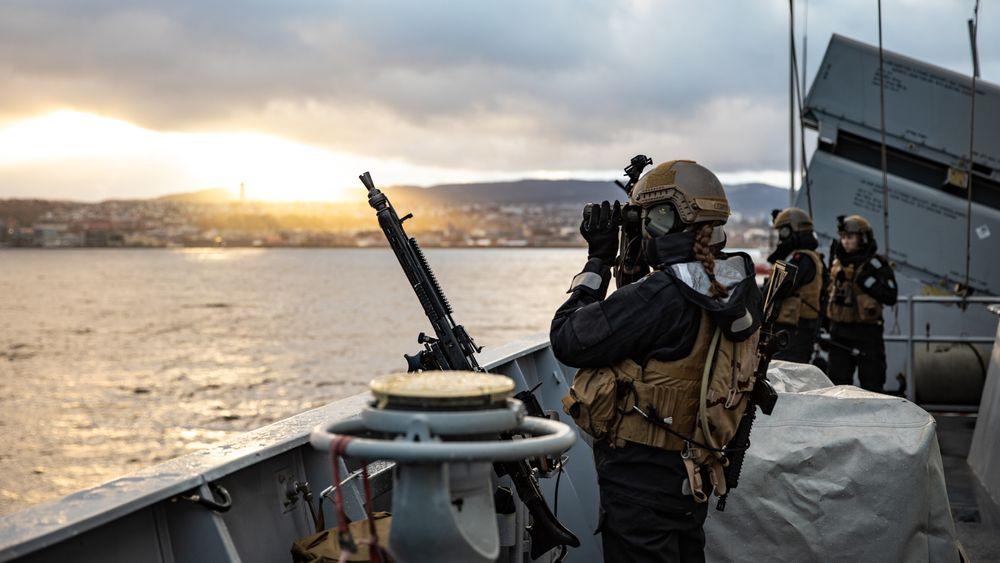 Artillerister om bord KNM Helge Ingstad under Nato-øvelsen Trident Juncture 2018. Det var på vei tilbake fra øvelsen at fregatten kolliderte og sank.