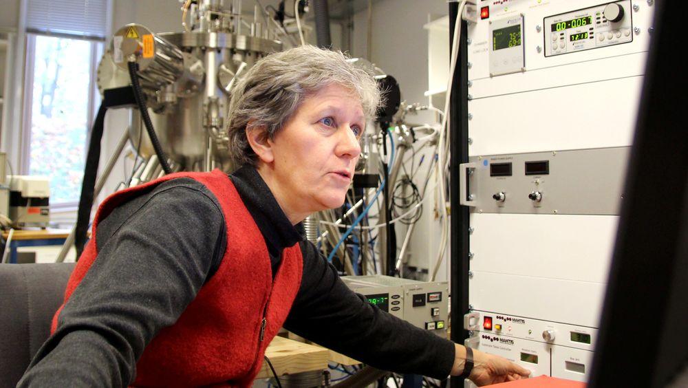 – Resultatene våre er først og fremst et steg på veien for å åpne opp større deler av bølgespektret for overføring i optiske fiberkabler, sier professor Ursula Gibson ved Institutt for fysikk ved NTNU.