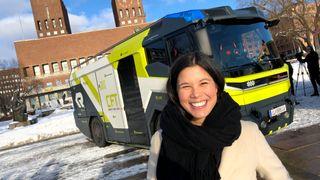 Byråd for miljø og samferdsel i Oslo, Lan Marie Nguyen Berg ser nærmere på el-brannbilen.