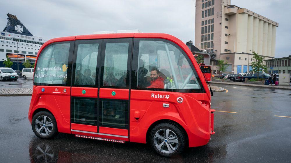 Oslos første selvkjørende bussrute, linje 35, mellom Kontraskjæret og Vippetangen åpnet mandag. Bussene er elektriske med sitteplass til 11 passasjerer. Om bord vil det også være en vert som skal yte assistanse og overta kjøringen hvis det er behov for det.