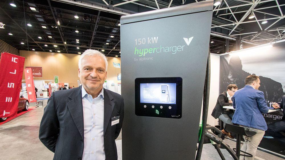 – Markedet for ladere deles tydelig i to: Lynladere med 150 kW og mer plasseres langs motorveier, mens 50 kW-ladere vil bli å finne på kjøpesenter og andre steder folk tilbringer en viss tid, sier leder for forretningsutvikling i Alpitronic, sjefingeniør Wolfgang Ademmer.