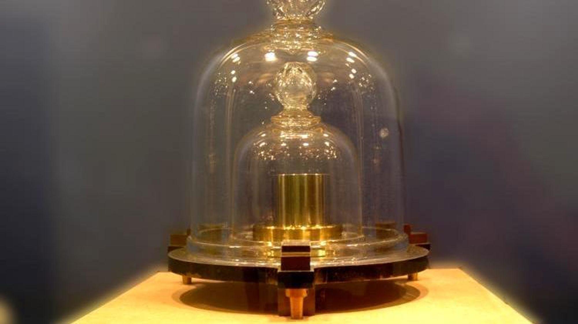 Dette er den norske prototypen av kilogrammet. Godt bevart i en safe hos Justervesenet.