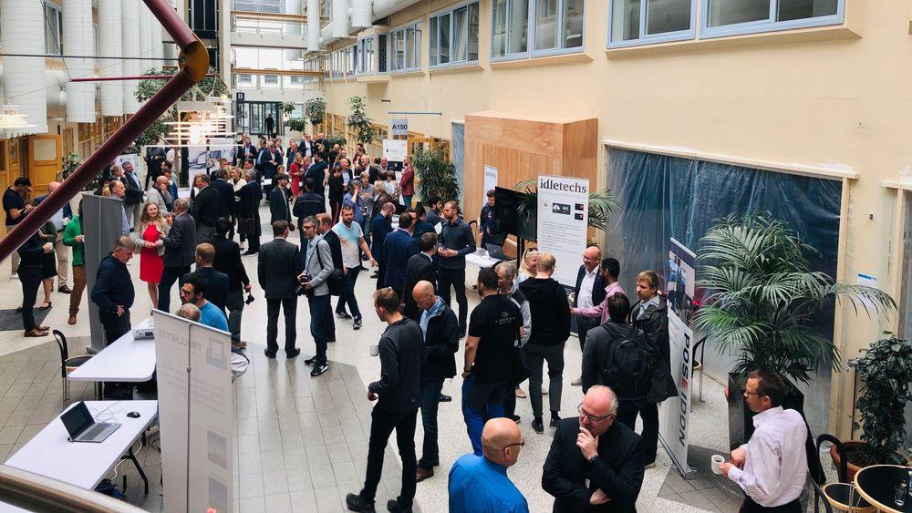Daglig leder i Aia Science, Odd Jostein Svendsli, mener en må ha som mål å bygge store selskaper med hovedkontor i Trondheim. Her fra åpningen av den nye laben «AI Village».