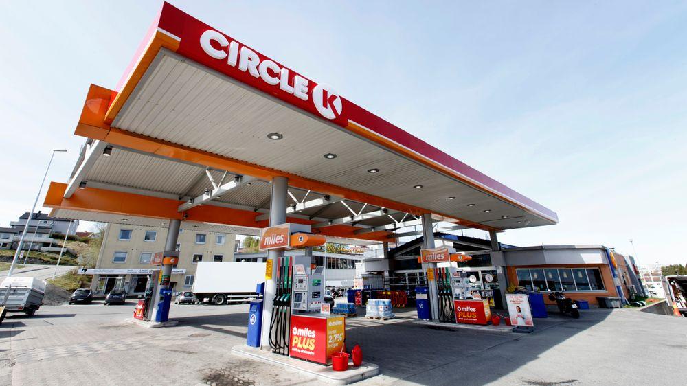 Ikke overraskende har eierne av Equinors bensinstasjoner begynt å utvikle sine Circle K stasjoner til å være ladestasjoner for el-biler. Det er dermed ikke unaturlig at Alimentation Couche-Tard kan velge å kjøpe seg bakover i verdikjeden og begynne å konkurrere med Equinor, skriver artikkelforfatteren.