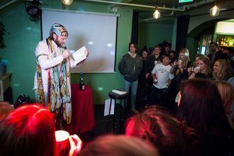 Aune Sand har tidligere lest erotisk dikt på Kumars Karaokekøpp, og kommer tilbake når arrangementet flyttes til Oslos storstue 8. juni.