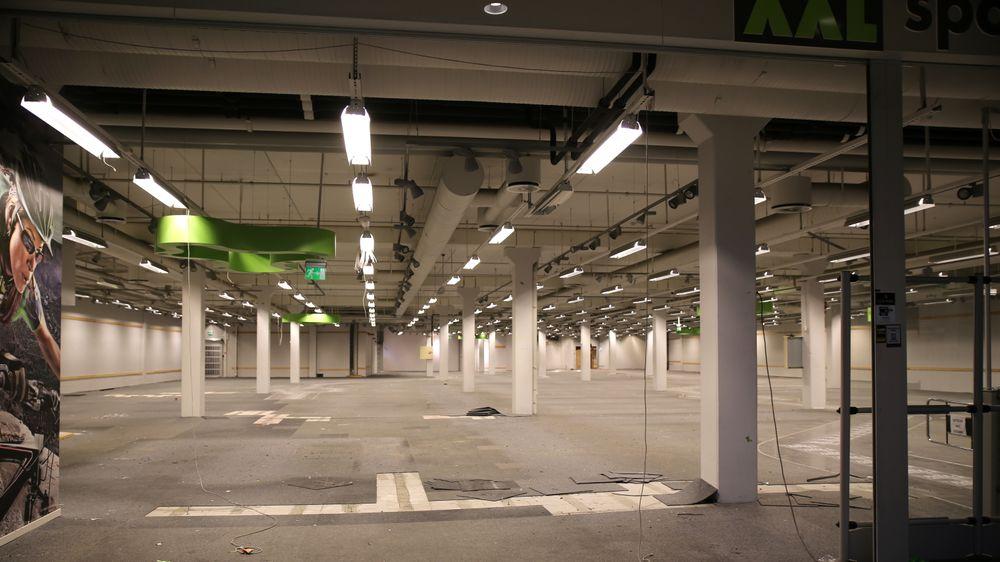Sportsbutikken måtte stenge på dagen da setningsskaden forverret seg. Nå står lokalet tomt og venter på anleggsmaskinene.