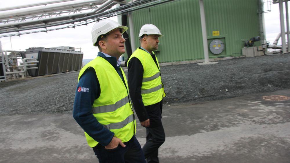 Konsernsjef i Hurtigruten Daniel Skjeldam (t.v.) og direktør i Biokraft Håvard Wollan inspiserer biogassanlegget på Skogn i Trøndelag. Fram til 2027 blir gassen en del av drivstoffet på seks av Hurtigrutens skip.