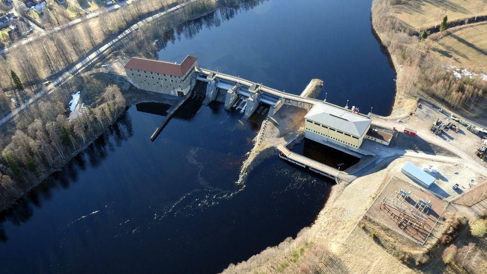 Forshuvud-kraftverket i Dalarna har fått 5 MW batterier til å stabilisere effekten og dermed vannstanden. Batteriene og transformatorene kan ses til høyre, der de dekker et 150 kvadratmeter stort område.