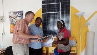 Løsningen «Internet Lite» forklares for landbylederen og en lokal koordinator i landsbyen Selela