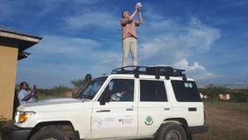 Er det dekning her? UiO-professor Josef Noll måler bredbåndsdekningen i rurale områder i Tanzania.
