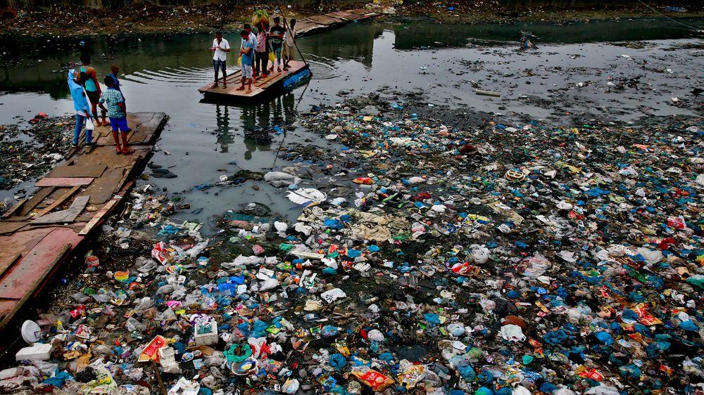 USA, Kina, India (bildet) og Brasil produserer mest plastsøppel i verden. Forskere anslår at 8 millioner tonn plast hvert år havner i verdenshavene, der det fra før flyter rundt 5.000 milliarder plastbiter.
