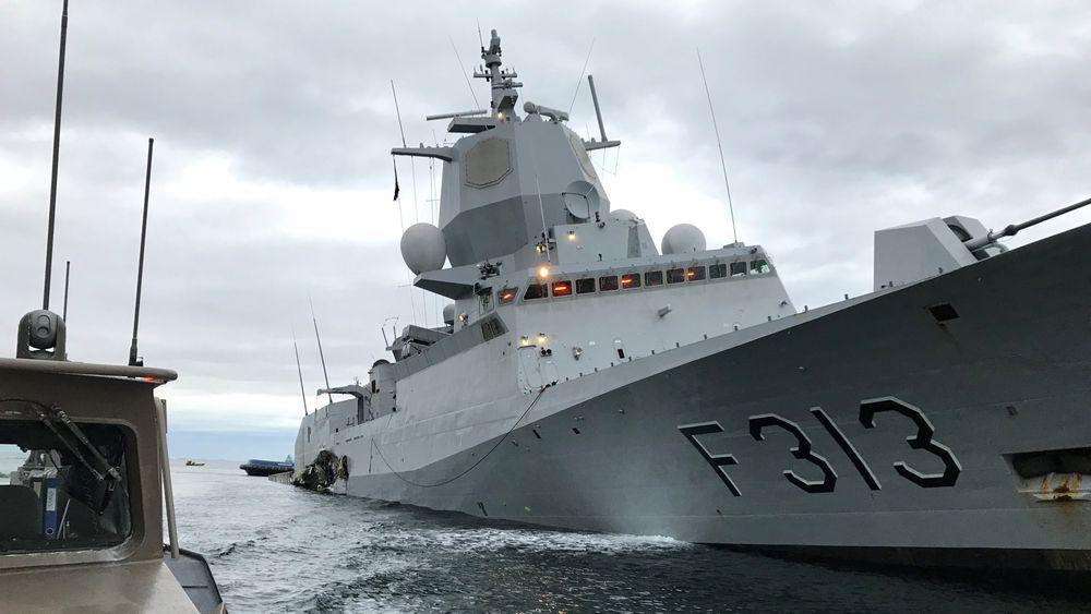 Her er KNM Helge Ingstad få timer etter kollisjonen som lagde en 45 meter lang flenge i skrogsiden, og som senere førte til at fregatten sank.