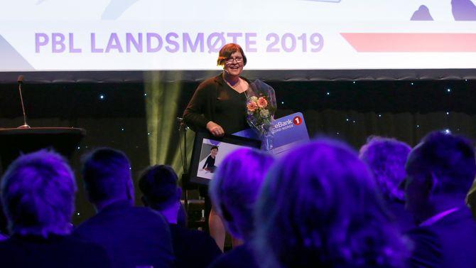 Anna Rigmor Moxnes kunne stolt ta imot heder som Årets barnehageisnpirator 2019 fra tidligere  administrerende direktør i PBL, Arild Olsen, og styreleder Eirik Husby.