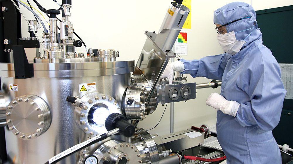 Etter groing blir prøven fraktet til NTNU NanoLab hvor forskerne lager metallkontakter av gull og nikkel på grafénet og nanotrådene. Når strøm sendes fra grafénet og gjennom nanotrådene utstråler de UV-lys.