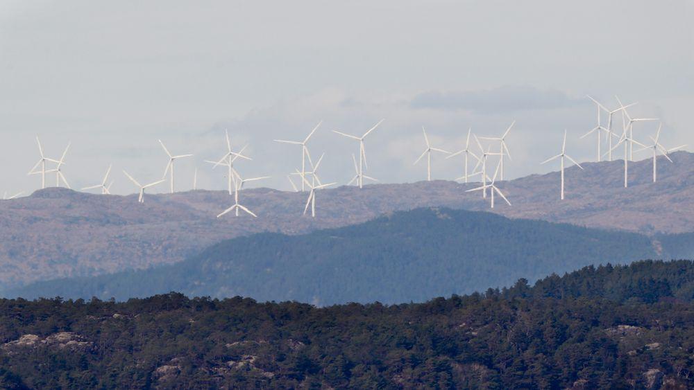 Det er til nå bygd ut 20 TWh ny fornybar energi i Sverige og 8,4 TWh i Norge. Bildet er av Midtfjellet vindpark i Fitjar kommune, sett fra Tjernagel i Sveio kommune cirka 30 kilometer unna.