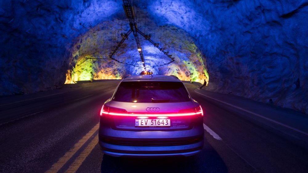Denne sammenhengende lysstripen bak på Audi Etron har blitt et svært vanlig syn på norske veier. Bilen topper suverent salgsstatistikken i februar.