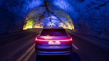 Audi E-Tron har en sammenhengende lysstripe bak.