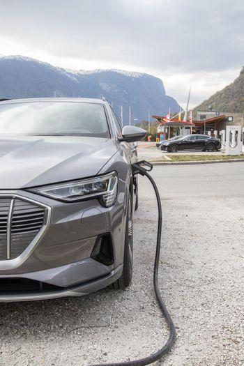 Audi E-Tron lader på 50 kilowatt.