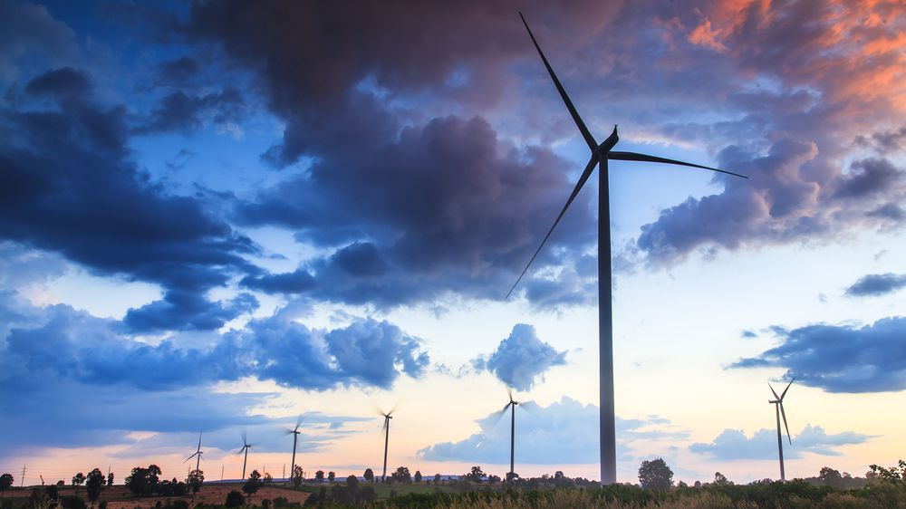 Fokus på vindmøller – og for så vidt all annen energiproduksjon – bør være størst etter at energiforbruket er redusert med kostnadseffektive løsninger, skriver artikkelforfatterne.