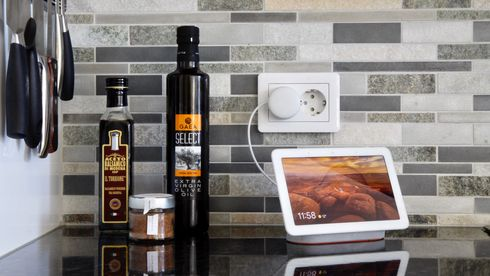 Google Nest Hub på en kjøkkenbenk.