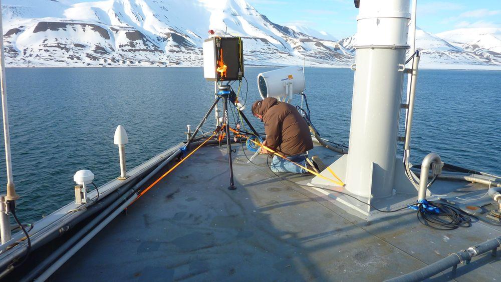 Her monteres en Ispas-radar på KV Svalbard ved en tidligere anledning. Nå skal den altså til Johan Castberg.