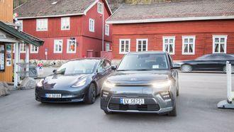Tesla Model 3 og Kia e-Soul.