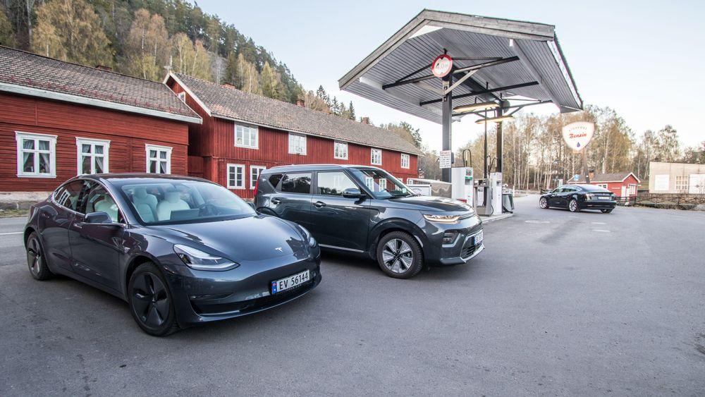 Tesla Model 3 og Kia e-Soul avbildet på Eidsfoss i Vestfold og Telemark. Utenfor storbyenes pendlerkommuner er fortsatt elbiler ganske sjeldne innslag.