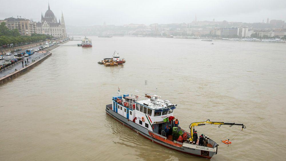 Redningsfartøy ved Margaret-brua på Donau, der skipsvraket er blitt funnet.