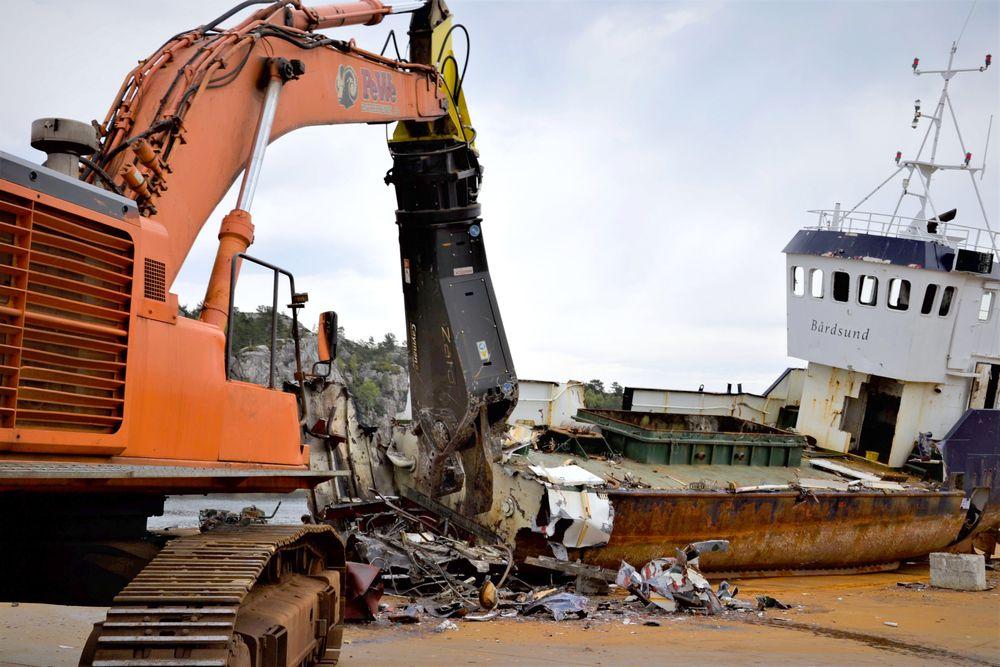 Den mer enn 60 år gamle brønnbåten Bårdsund er i ferd med å bli fortært av ei hydraulisk saks.