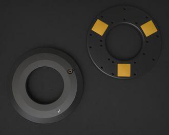 Tre sensorer på innsiden måler vekten på fatet.